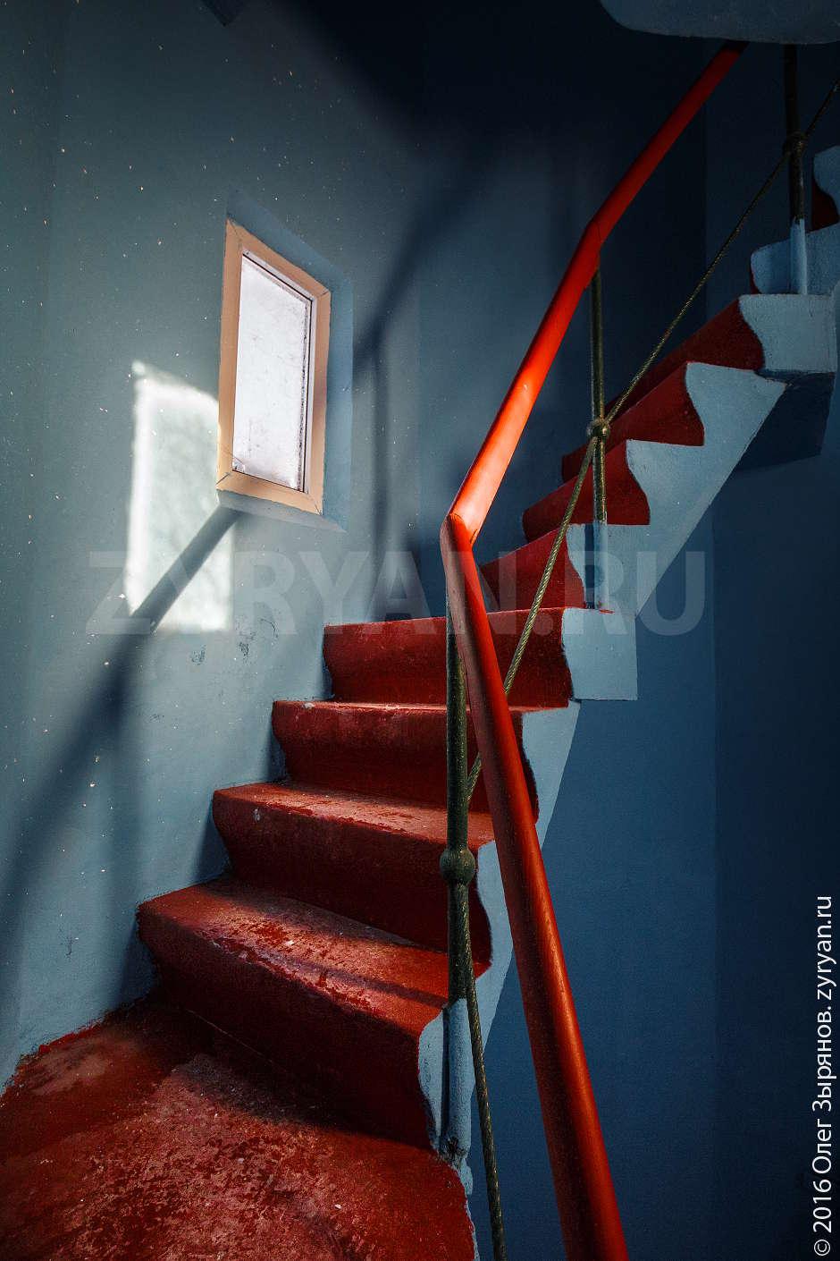 Лестница внутри кронштадтского маяка.