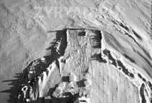 С высоты видно рисунок основания, очерченный металлическими сваями.