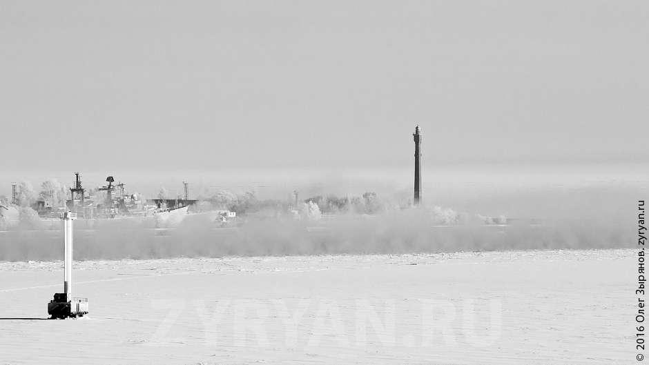 С площадки виден Задний створ маяка Кронштадтского рейда (на фото справа). Он выше почти на десять метров и младше Заднего створного маяка  Морского канала на один год. Несмотря на этот факт, в настоящее время маяк недействительный. Современный фарватер изменил своё направление, и маяк остался не у дел. Левее - современный створ, ведущий в строящийся порт «Бронка».