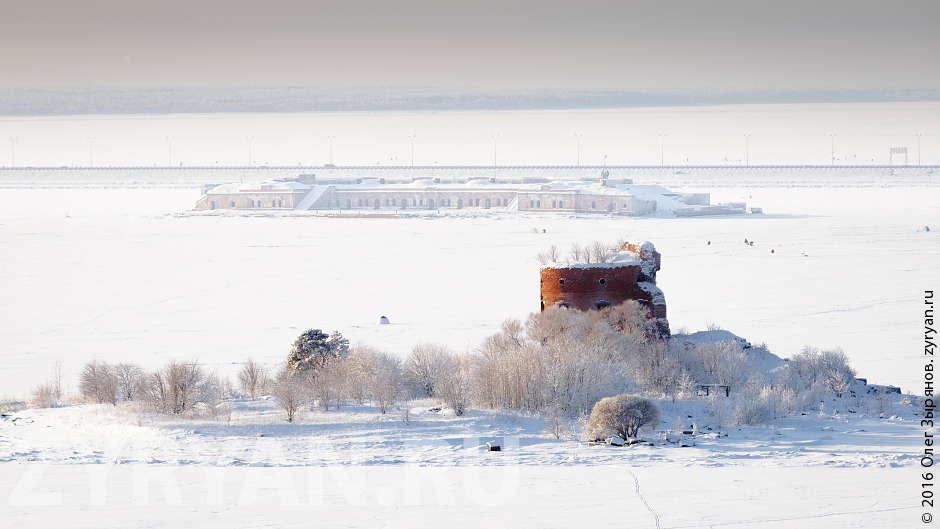 На переднем плане то, что осталось от форта «Император Павел I». Средний план — Южный форт №3 («Милютин»). На заднем плане — дамба, западный диаметр Кольцевой автодороги Санкт-Петербурга.